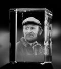 Glazen rechthoek man met pet 3d 8x5x5 cm € 259,00