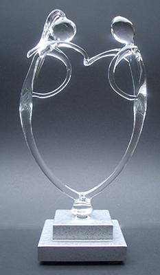 4b Het hart als de menselijke schakel. Op een rechthoekige sokkel met asbestemming zilvercoating € 132,00