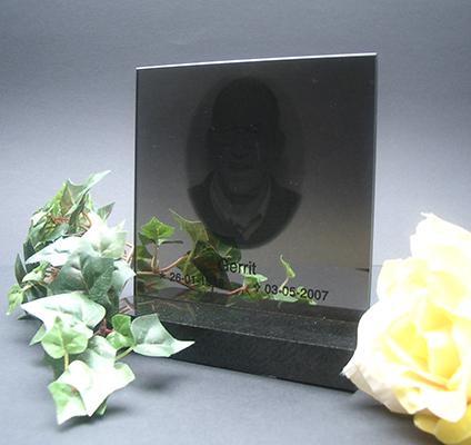 Fotolijst spiegel met gravure van de overleden persoon. € 165,00