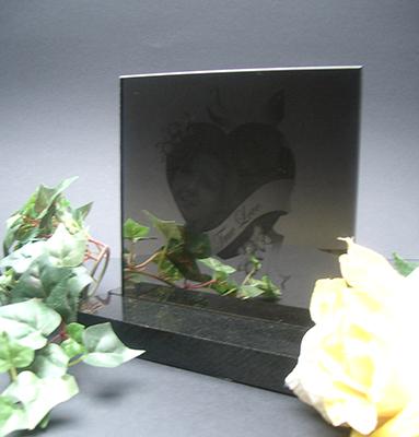 Fotolijst spiegel met gravure van de overleden persoon die geplaatst wordt in het midden van het hart.  165,00