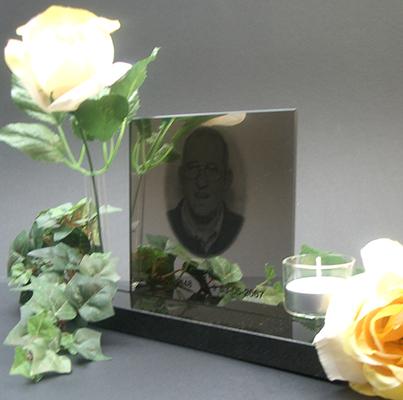Fotolijst spiegel met gravure van de overleden persoon. Voorzien van waxinelicht en vaasje voor een bloem. € 187,00