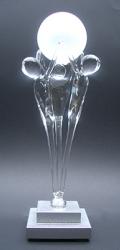 12b De samenwerking op handen dragen. Met glazen bol. Op een rechthoekige sokkel met asbestemming zilvercoating € 192,50