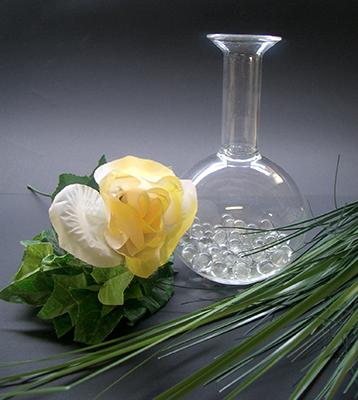 Vaas met glazen balletjes voor één bloem. Kan met water en bloem gevuld worden € 24,95 (1)