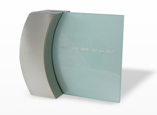 monument-rvs-boog-met-glas-is-aan-de-achterzijde-mat-gestraald-en-kan-aan-de-voorzijde-voorzien-worden-van-ingestraalde-tekst-inhoud-35-liter-prijs-_-190000