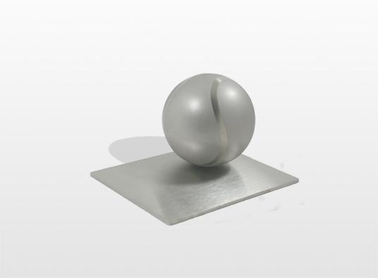urn-tennisbal-op-de-grondplaat-is-het-mogelijk-gravering-aan-te-brengen-diameter-10-cm-voetplaat-14-x-17-cm-inhoud-03-liter-_-23000