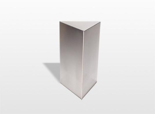 urn-triangle-zijn-drie-vlakken-die-verbonden-zijn-met-elkaar-en-vormen-zo-een-beschutte-ruimte-voor-de-as-van-uw-dierbare-28-x-17-cm-inhoud-35-liter-_-29200